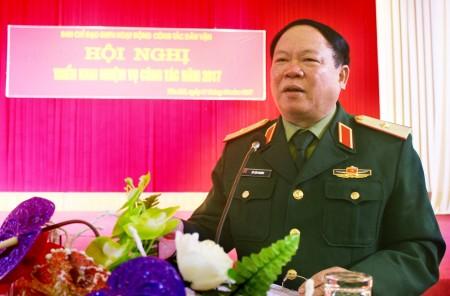 Thiếu tướng Vũ Sơn Hoàng, Phó CNCT Quân khu phát biểu chỉ đạo hội nghị.