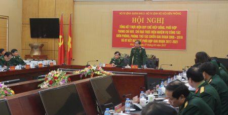 Thiếu tướng Phùng Sĩ Tấn, Tư lệnh Quân khu phát biểu tại hội nghị.
