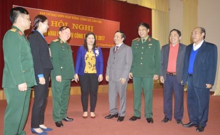 Các đại biểu trao đổi bên lề hội nghị.
