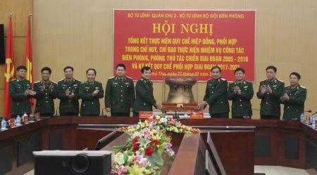 BTL Bộ đội Biên phòng tặng quà lưu niệm BTL Quân khu.