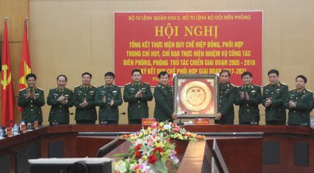 BTL Quân khu tặng quà lưu niệm BTL Bộ đội Biên phòng.
