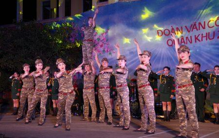 Đoàn văn công Quân khu biểu diễn tại Lữ đoàn 297.