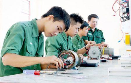 Các học viên là bộ đội xuất ngũ đang thực hành tại Trường Trung cấp nghề 22. Ảnh: SGGPO
