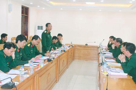 Thiếu tướng Hoàng Hữu Thế, Chủ nhiệm Chính trị Quân khu chủ trì làm việc với đoàn công tác.