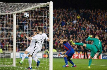 Suarez đánh đầu mở tỷ số ở phút thứ 4 của trận đấu. Ảnh: Dailymail