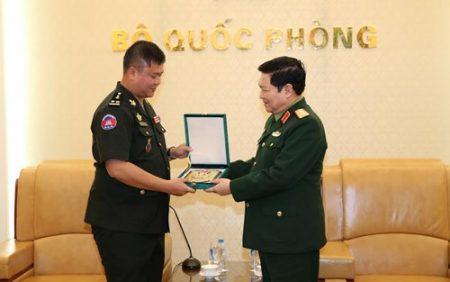 Đại tướng Ngô Xuân Lịch trao quà lưu niệm tặng Trung tướng Hun-ma-nít (Ảnh: ÔNG QUỐC CHÍNH).