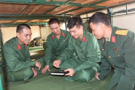 Chiến sĩ Nguyễn Trọng Tình(thứ hai, từ phải sang)khoe ảnh con trai với đồng đội.