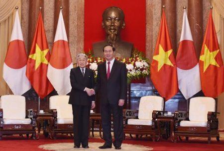 Chủ tịch nước Trần Đại Quang và Nhà Vua Nhật Bản Akihito chụp ảnh tại Phủ Chủ tịch. Ảnh:Trọng Hải.