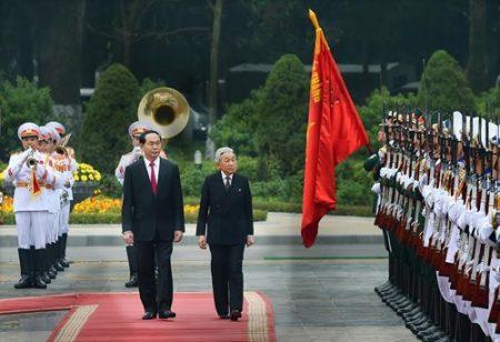 Chủ tịch nước Trần Đại Quang và Nhà Vua Nhật Bản Akihito duyệt đội danh dự tại Phủ Chủ tịch. Ảnh:Trọng Hải.