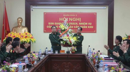 Đồng chí Tư lệnh Quân khu tặng hoa chúc mừng đồng chí Đại tá Nguyễn Quốc Việt.