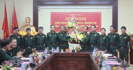 Thủ trưởng BTL Quân khu và thủ trưởng các phòng ban cơ quan Quân khu tặng hoa chúc mừng đồng chí Nguyễn Quốc Việt.