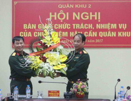 Thủ trưởng Cục Chính trị tặng hoa chúc mừng đồng chí Đại tá Nguyễn Quốc Việt.