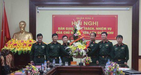 Thủ trưởng Cục Chính trị Quân khu tặng hoa chúc mừng đồng chí Đại tá Nguyễn Quốc Việt.