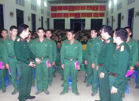 Cán bộ Tòa án Quân sự Quân khu trao đổi kiến thức pháp luật với cán bộ, chiến sỹ Lữ đoàn 406.