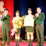 Đại tá Nguyễn Như Bách, Phó Chủ nhiệm Chính trị Quân khu trao Bằng khen tặng cán bộ, diễn viên Đoàn ca múa nhạc nhẹ.