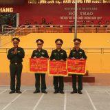 Đại tá Trần Anh Du Ủy viên BTV Tỉnh ủy, Chỉ huy trưởng Bộ CHQS tỉnh TQ trao cờ giả nhất, nhì, ba toàn đoàn trong hội thao.