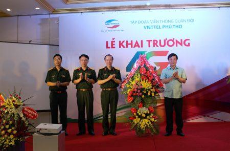 Đồng chí Bùi Văn Quang, Phó Bí thư Thường trực Tỉnh ủy Phú Thọ  đã tặng hoa chúc mừng Viettel Phú Thọ khai trương mạng 4G.