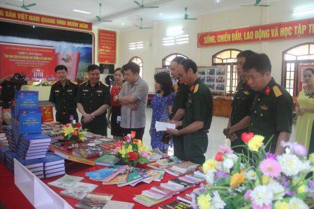 Thiếu tướng Phạm Đức Duyên, Phó Chính ủy Quân khu cùng các đại biểu tham quan triển lãm sách tại Lữ đoàn 168.