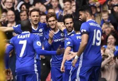 Niềm vui của các cầu thủ Chelsea sau khi Fabregas mở tỉ số. Ảnh: Reuters