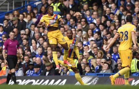 Wilfried Zaha (trái) ăn mừng bàn gỡ 1-1 cho Crystal Palace. Ảnh: Reuters