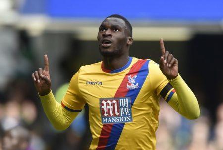 Niềm vui của Benteke sau khi nâng tỉ số lên 2-1 cho Crystal Palace. Ảnh: Reuters