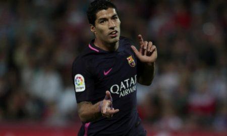 Suarez ăn mừng bàn thắng vào lưới Granada. Ảnh: REUTERS