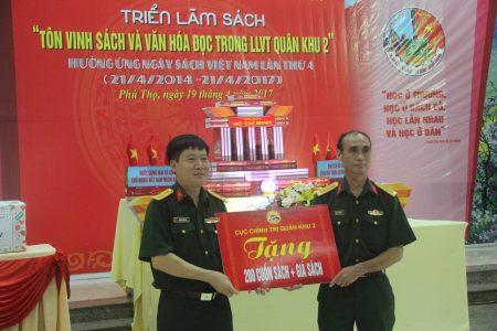 Thủ trưởng Cục Chính trị Quân khu tặng sách Lữ đoàn.