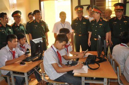 Viện Khoa học và Công nghệ quân sự, Bộ Quốc phòng tặng phòng máy vi tính cho Trường THCS xã Tản Hồng, huyện Ba Vì, TP Hà Nội. Ảnh:BẢO ANH