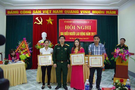 Ban Giám đốc trao thưởng cho các tập thể, cá nhân có thành tích xuất sắc.