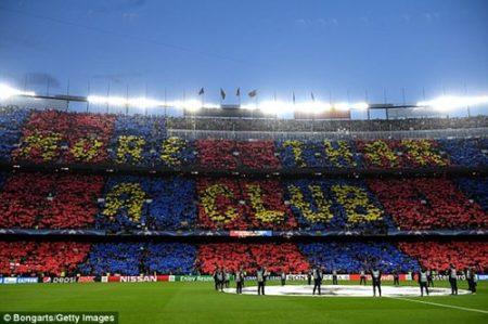 """Gần 100.000 cổ động viên trên khán đài """"tiếp sức"""" cho các cầu thủ Barcelona. Ảnh: Dailymail"""