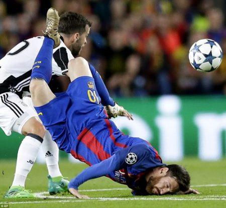 Pha tranh chấp dẫn tới chấn thương khá nặng của Messi. Ảnh: Dailymail