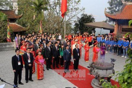 Lãnh đạo tỉnh Phú Thọ và nhân dân dâng hương tưởng niệm Tổ Mẫu Âu Cơ. Ảnh: TTXVN