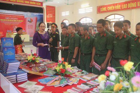 Cán bộ, chiến sỹ Lữ đoàn 168 tham quan triển lãm sách.