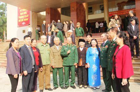 Thiếu tướng Ngô Văn Hùng, nguyên Phó Tư lệnh Quân khu, Trưởng BLL bạn chiến đấu Tiểu đoàn 17 Công binh Sư đoàn 320 Quân đoàn 3 trò chuyện với các đại biểu dự gặp mặt.