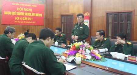 Thiếu tướng Phạm Đức Duyên, Ủy viên Thường vụ Đảng ủy, Phó Chính ủy Quân khu phát biểu tại hội nghị.