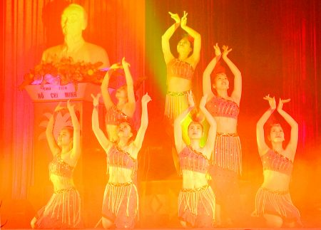 Nhà hát Ca múa nhạc Quân đội biểu diễn phục vụ cán bộ, chiến sĩ và nhân dân trên địa bàn Quân khu.