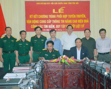 Các đại biểu chứng kiến ký kết chương trình phối hợp tuyên truyền, vận động cung cấp thông tin nâng cao hiệu quả công tác tìm kiếm, quy tập hài cốt liệt sĩ giữa Ban chỉ đạo 1237 và Hội CCB tỉnh.