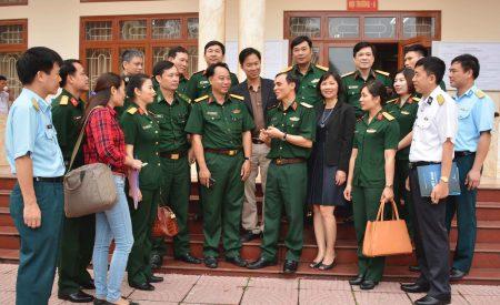 Thiếu tướng Hồ Bá Vinh, Phó Cục trưởng Cục Tuyên huấn trao đổi với các đại biểu về công tác thông tin, tuyên truyền đối ngoại quốc phòng trong tình hình mới.