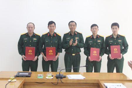 Thiếu tướng Hoàng Hữu Thế, Chủ nhiệm Chính trị Quân khu trao các quyết định điều động, bộ nhiệm cho cán bộ.