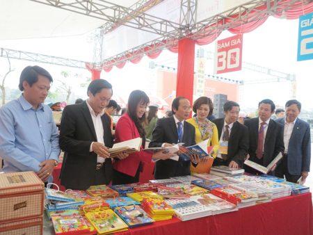Các đồng chí lãnh đạo tỉnh cùng các đại biểu tham quan Hội sách Đất Tổ.