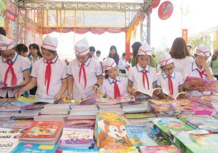 Đông đảo nhân dân tham quan Hội sách Đất Tổ.
