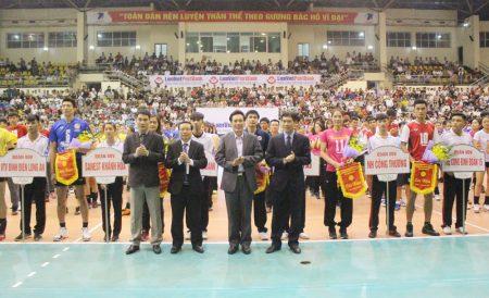 Đồng chí Trưởng Ban Tuyên giáo Tỉnh ủy Hoàng Việt Anh cùng các đại biểu tặng cờ lưu niệm và hoa cho các đội tham gia giải đấu.