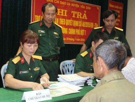 Ban CHQS huyện Yên Sơn chi trả trợ cấp một lần cho đối tượng chính sách theo Quyết định của Thủ tướng Chính phủ.