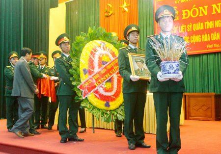 Lễ đón nhận hài cốt liệt sĩ quân tình nguyện Việt Nam hy sinh tại Lào về nước.                                     Ảnh: TRỊNH BÌNH