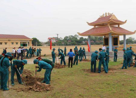 Các lực lượng tham gia hoạt động trồng cây trong khuôn viên.