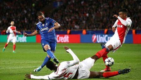 Tình huống Higuain ghi bàn thắng mở tỷ số cho Juventus . Ảnh: REUTERS