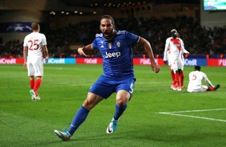 Gonzalo Higuain vui mừng sau bàn thắng mở tỷ số. Ảnh: REUTERS
