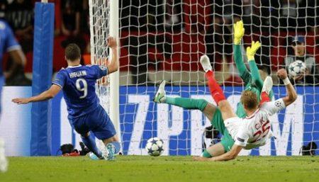 Pha dứt điểm nâng tỉ số lên 2-0 cho Juventus của Gonzalo Higuain. Ảnh: REUTERS