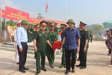 Lãnh đạo tỉnh Điện Biên và cơ quan Thường trực Ban chỉ đạo 1237 Quốc gia rước linh cữu các anh hùng liệt sĩ.