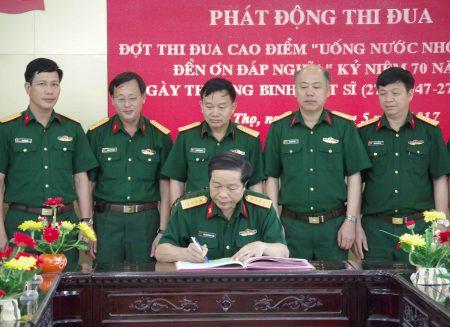 Đại tá Nguyễn Thanh Liêm, Chủ nhiệm Kỹ thuật Quân khu chứng nhận giao ước thi đua của các cơ quan.